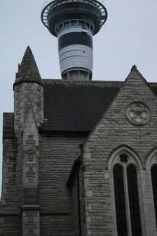 Kirche und Skytower auf einen Blick