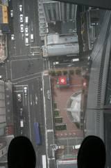 Blick vom Skytower durch den Plexiglasboden