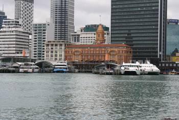 Blick vom Wasser auf das Ferry Building