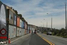 Container schützen die Schnellstraße vor möglichen Steinen dier von den Steilwänden losbrechen könnten.