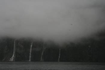 Tiefhängende Wolken am Milford Sound