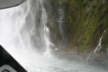 Mit dem Schiff an einem der höchsten Wasserfälle