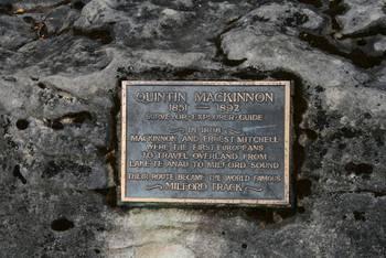 Mackinnon und Ernest Mitchell waren die ersten Europäer, die auf dem Landweg vom Lake Te Anau zum Milford Sound gelangten.