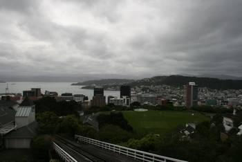 Blick entlang der Cable Car Gleisen hinunter in die City von Wellington und dem Hafen