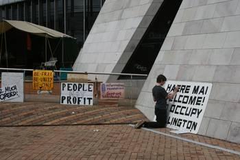 Ein Aktivist der Occupy-Bewegung beim Plakate malen.